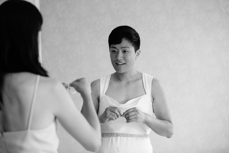 bride getting ready, Endicott Estate photography by Kelly Benvenuto